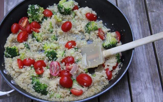 Healthy Quinoa Risotto with Broccoli & Tomatoes